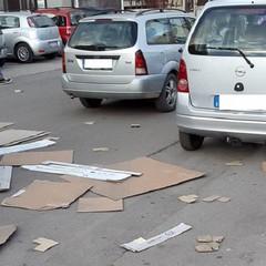 Cartoni sull'asfalto presso la scuola Padre Pio