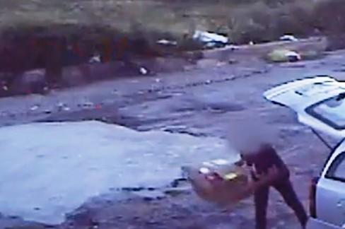 Persona filmata mentre abbandona rifiuti