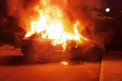 Fiamme nella notte, un'auto a fuoco
