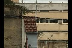 Cavi scoperti e lampioni rotti: quartieri al buio da giorni