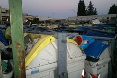 """Un """"cimitero"""" dei cassonetti nel campetto di quartiere"""