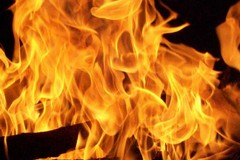 Bruciato cumulo di pedane di legno