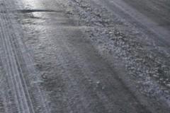Il ghiaccio su strade e marciapiedi causa disagi e cadute