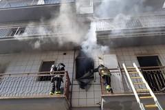 Incendio in un'abitazione in via Foscolo