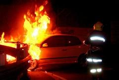 Furgone e auto in fiamme nella notte