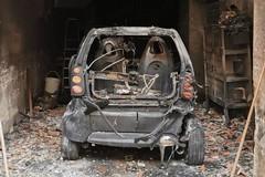 Incendio in un garage, distrutta un'auto