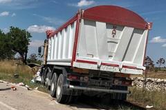 Scontro tra auto e camion, quattro morti