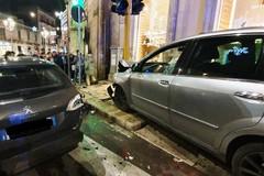 Auto si schianta contro semaforo, attimi di terrore a Porta Bari