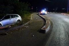 Auto finisce fuori strada alla rotatoria, ferita una coppia