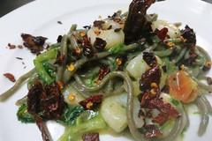 """Ricetta Salata """"Spaghettone di grano arso con verdure campestri e gamberetti"""""""