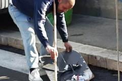 I commercianti ambulanti puliscono il mercato