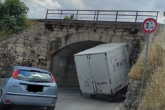 Automezzo incastrato sotto il ponte della ferrovia