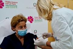 Vaccini: sabato si parte con personale scuola e anziani
