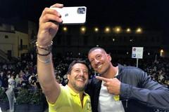 Pienone in piazza per Salvini, tanta folla ma pure una contestazione