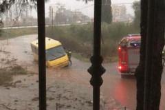 Maltempo: scuolabus impantanato nel fango
