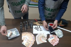 Nascondeva droga e candelotti esplosivi, arrestato