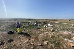 Volontari ripuliscono il vecchio campo di prigionia e di esuli