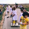 Un maestro e i suoi alunni ripuliscono le strade per festeggiare un compleanno