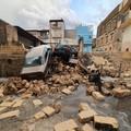 Crollato un muro, coinvolte delle auto