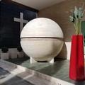 Un grande pallone da calcio in marmo per ricordare Domi