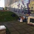 Mobili abbandonati nel giardino pubblico in via Bari