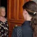 Una donna avvicina anziani per derubarli