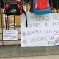 La protesta silenziosa degli zaini davanti alle scuole
