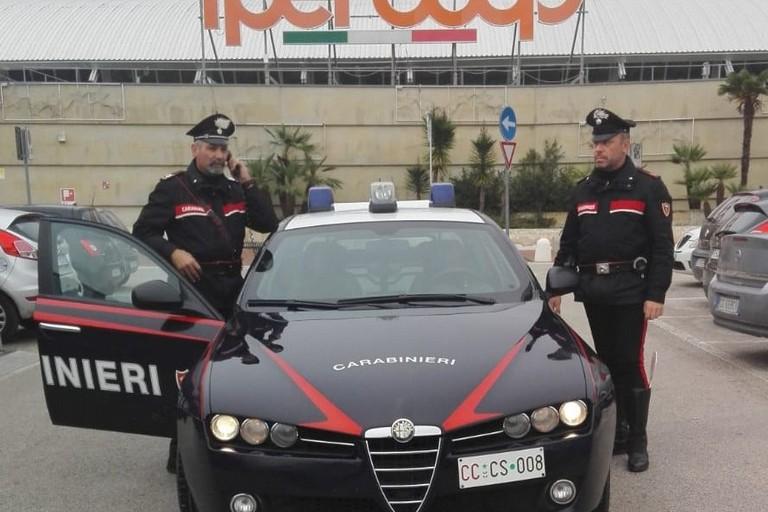 Carabinieri al centro commerciale di Matera