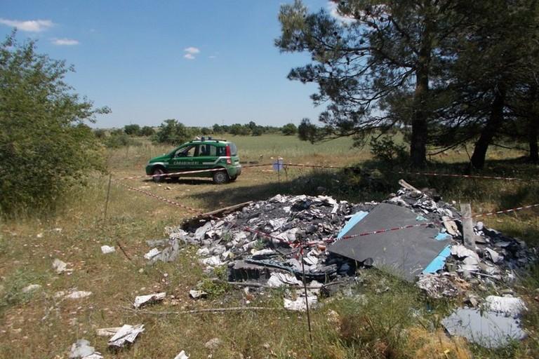 Rifiuti speciali bruciati e abbandonati nel parco
