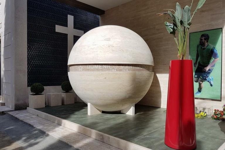 Grande pallone da calcio in marmo per ricordare Domi