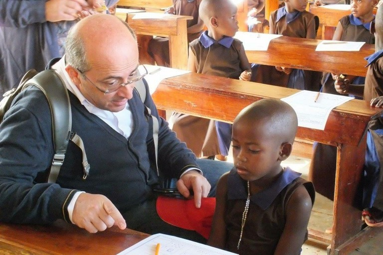 Prof. Gesualdo con bambini dell'Uganda