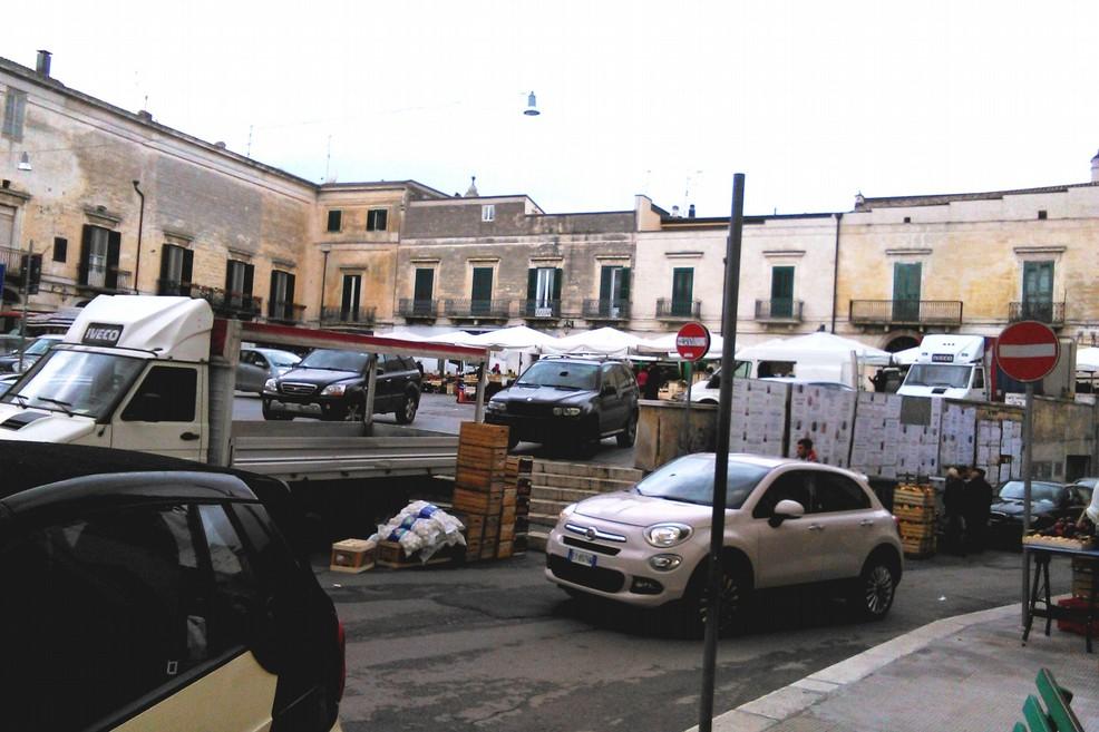 mercato piazza castello