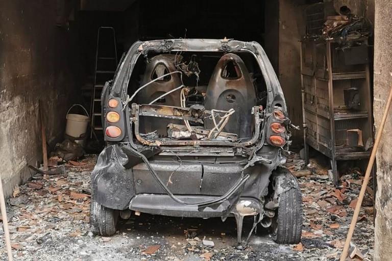 Auto distrutta dalle fiamme