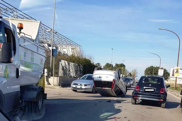 Auto ribaltata in via Gravina