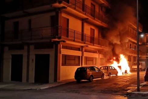Incendio di auto in via Pordenone